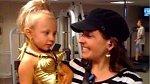Vyzývavý kostým zřejmě přišel mamince této holčičky roztomilý...
