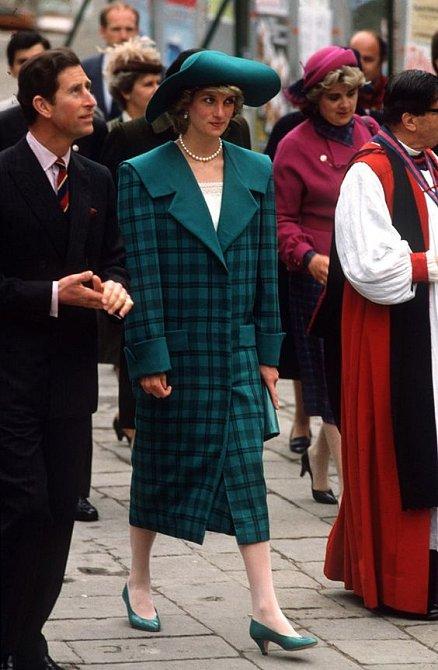 Károvaný kabát odpovídal trendům doby.