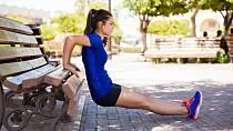 Cvičit můžete i venku. Lavička v parku je ideální.