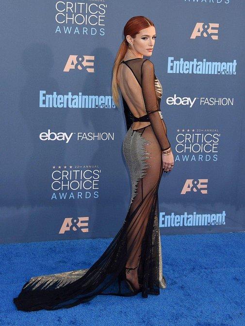 Herečka Bella Thorne na 22. cenách Critics' Choice v Santa Monice 11. 12. 2016