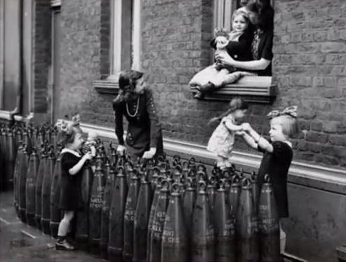 Francouzské děti si hrají v roce 1943.