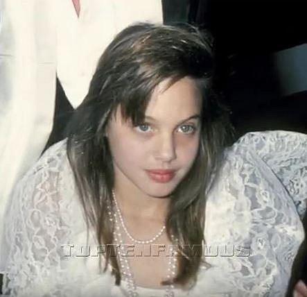 FOTOGALERIE: Angelina Jolie od narození až po současných 42 let. Plastiky ji úplně proměnily!
