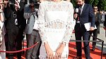 Letos se Daniela předvedla na zahájení 53. Filmového festivalu v rafinovaných bílých šatech z krajky.