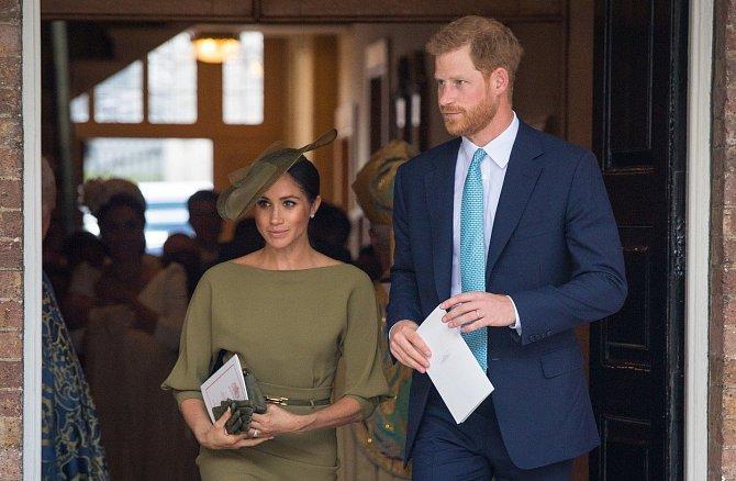 Meghan a Harry se při vstupu do kostele přátelsky přivítali s knězem, který je před pár týdny oddal.