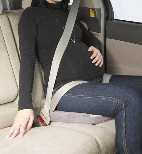 Těhotenské pásy do auta jsou ve vysokém stupni těhotenství šikovným pomocníkem, jak přežít dlouhou cestu autem.