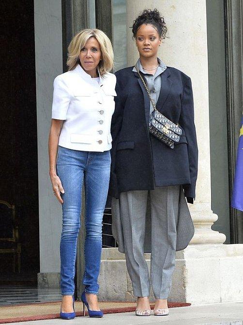 Brigitte Macron strčila Rihannu do kapsy.