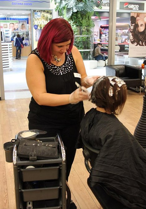 Součástí účesu je i změna barvy vlasů