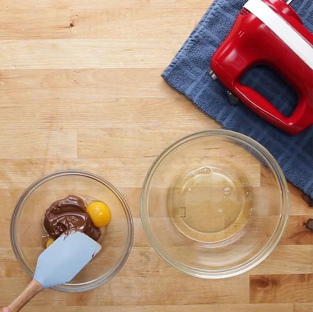 Ke žloutkům přidejte čokoládovo-oříškovou pomazánku a dobře ji s nimi promíchejte.