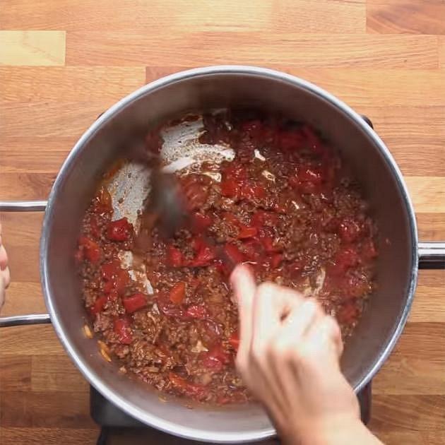 Přidejte protlak a sterilovaná rajčata. Nechte rajčata dobře prohřát.