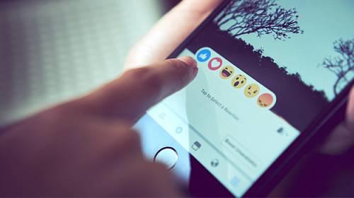 Těchto šest věcí na Facebook rozhodně nikdy nedávejte!
