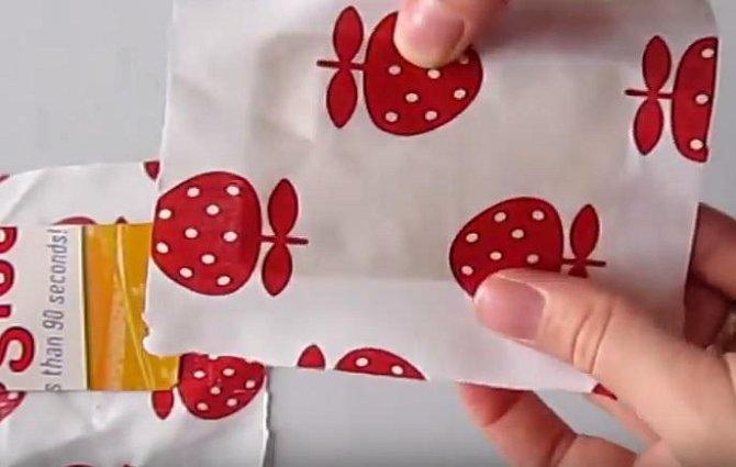 Kartičky položíme na rubovou stranu látky.