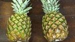 Nejdůležitější je si všimnout, že typické výstupky na ananasu vyrůstají velmi spořádaně. Ovšem jen v jednom šikmém směru jdou pěkně v řadě za sebou. Je důležité mít po celou dobu loupání tento směr na zřeteli, ulehčíte s...