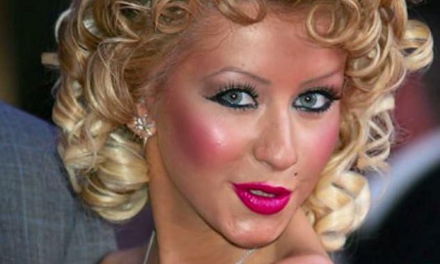 Christina Aquilera - tady je všeho přespříliš a navíc spodní linka oka je opravdu neodborně nalíčená!