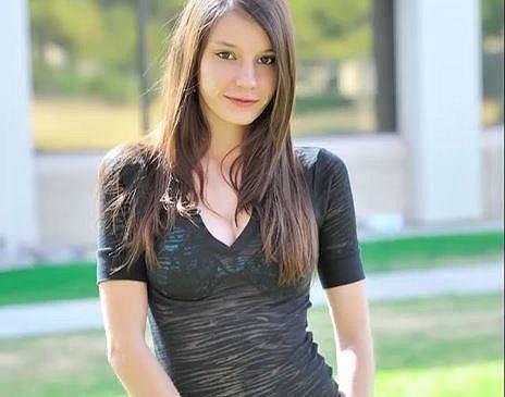 Rilee Marks - Čtyřiadvacetiletá dívka vypadá bez make-upu jako nevinné nezletilé děvčátko. Když se nalíčí, už bychom i mohli hádat, že jde o pornoherečku, která má na svém kontě přes dvacet filmů.