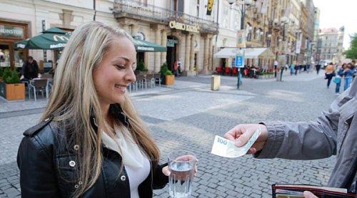 Jana Menšíková uspěšně prodává sklenici vody za částku 100 Kč.