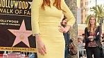Žlutá barva je hodně výrazná. Blondýnky by měly být opatrné při výběru odstínu a volit jen zajímavý doplněk. Povedený oblek ve žluté barvě, to je jako módní maturita.