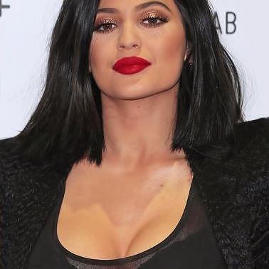 Kelly Jenner zřejmě nemůže senat make-up, který by jí seděl a tak si musí natírat i krk a dekolt!