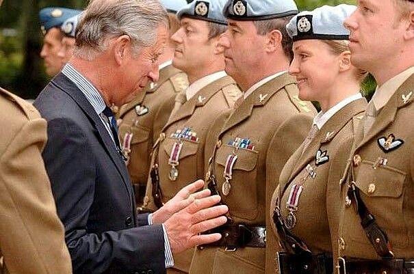 Princ Charles při předávání vyznamenání