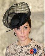 Tento velmi elegantní model si Kate vzala při projížďce s prezidentem Hollandem 1. 7. při návštěvě Francie.