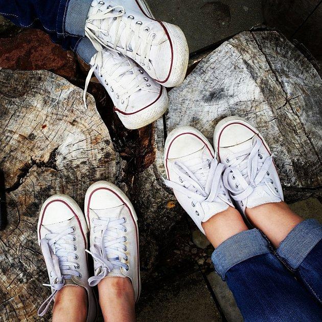 Bílé boty dostávají během léta pořádně zabrat.