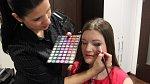 Expertka na barvy Marie vybírá pro Katku oční stíny