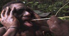 Papua-Nová Guinea: Mladým mužům je protažen kořen rostliny přes nosní dírky a vytažen ven ústy. Jde prý o pročištění...