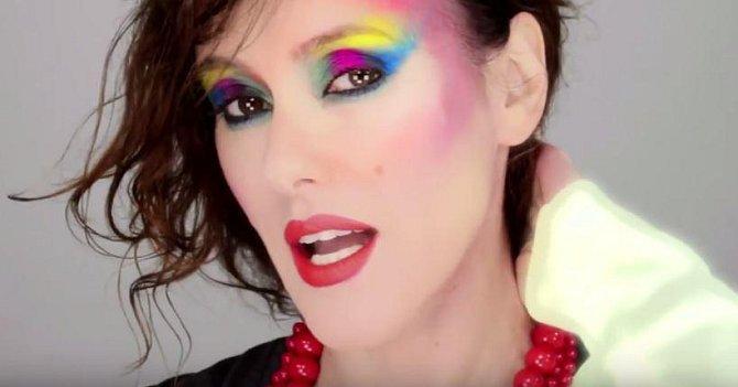 80. léta - tehdy to snad neslušelo žádné ženě... Všeho bylo moc! Moc barev, moc vrstev, moc makeupu a to vše ještě umístěno na nesprávných místech v obličeji.