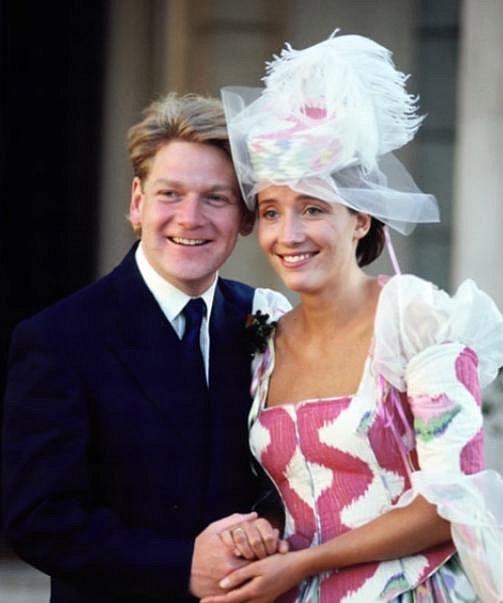 Svatba Emmy Thompson a Kennetha Branagha v srpnu 1989. Klobouk i vzor na šatech se vážně nepovedly.