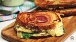 Sendvič 5 - Chléb s pancettou a bylinkovou majonézou. Co budete potřebovat: 2 stroužky česneku, půl hrnku lístků koriandru, půl hrnku lístků máty, 1 jalapeno paprička (i se semínky), kůra z půlky limetky, šťáva z půlky limetky, 3 l...