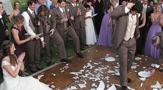 4. V Německu se podobně jako u nás rozbíjí nádobí. To ale rozbíjí přímo svatebčané a to z toho důvodu, že tím zahání zlé duchy.
