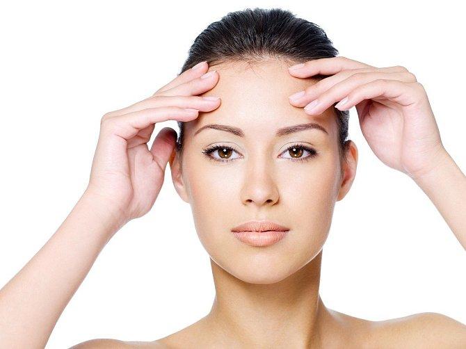 Ploché čelo je také vinou stárnutí. Ubývají tukové buňky.