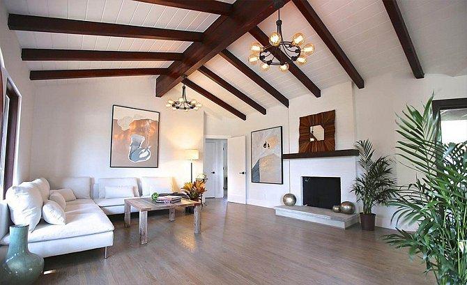 Bílá barva, která v interiéru převažuje, působí svěže.