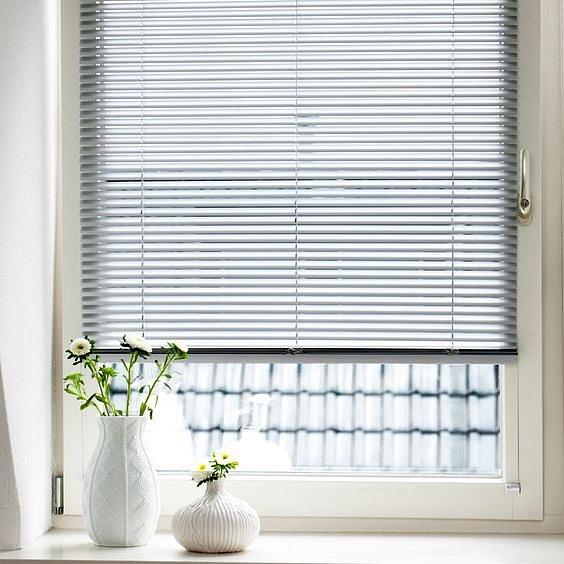 Okenní žaluzie jsou hezké a efektní, ale jejich údržba je zdlouhavá a náročná.