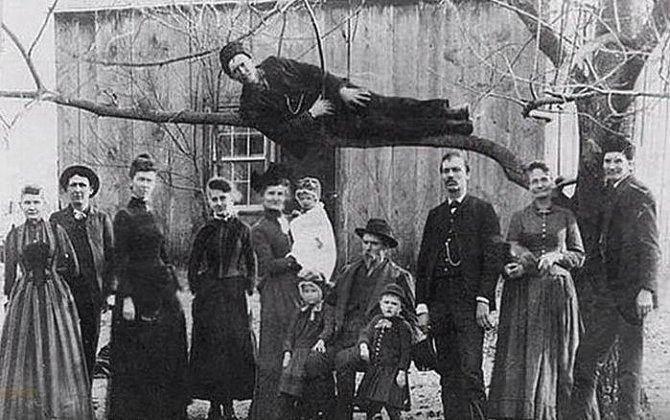 Rodinné foto a strýček vtipálek na stromě.