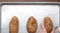 Čerstvé brambory promíchejte vidličkou.