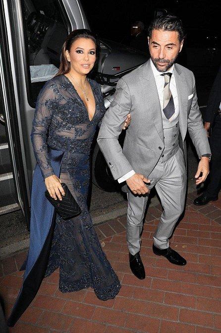 Eva Longoria s manželem vystupují z autobusu, který svážel hosty.