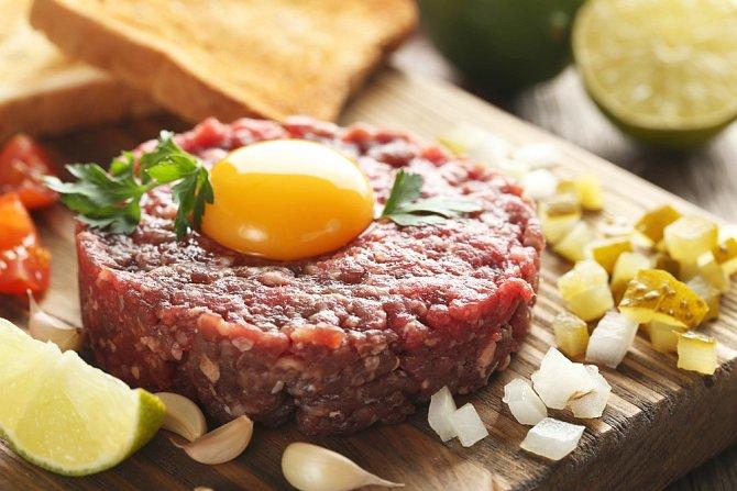 Tatarský biftek je oblíbená česká pochoutka. Čerstvá vejce jsou nutnost!