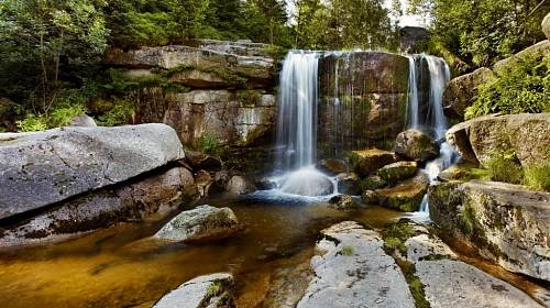 <p>Na říčce Jedlová je několik kaskád a vodopádů. Nejvyšší měří sedm metrů.</p>
