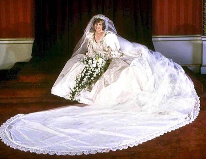Princezna Diana byla krásná žena, ale tyto svatební šaty byly moc už i na osmdesátá léta...