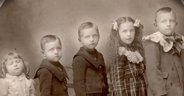 Sourozenci se svou nejmladší sestřičkou, která bohužel zemřela.