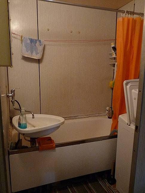 Tradiční koupelna panelového domu za socialismu.