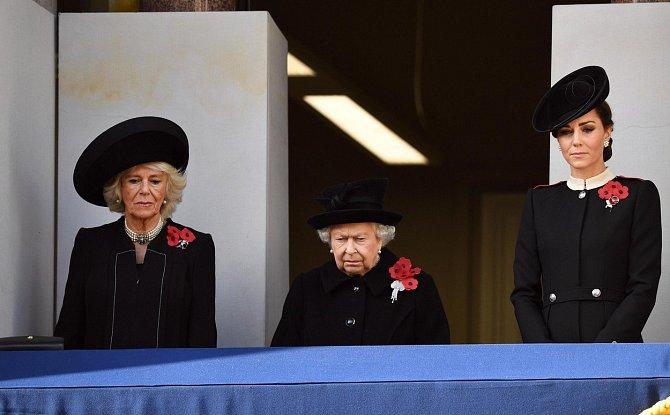 Na slavnost konce I. světové války oblékla tradiční černou barvu a ozdobila si kabát vlčími máky, symbolem obětí války.