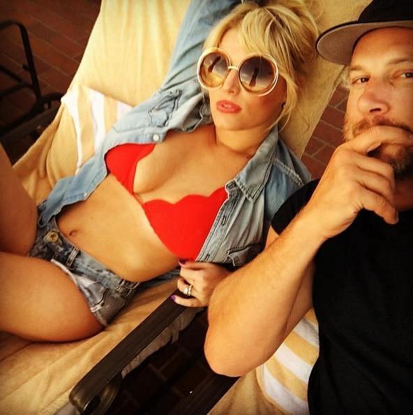 Zpěvačka Jessica Simpson se svým manželem. Rudé plavky blondýnkám sluší!