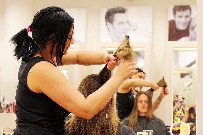 Gábina v rukách kadeřnice Romany
