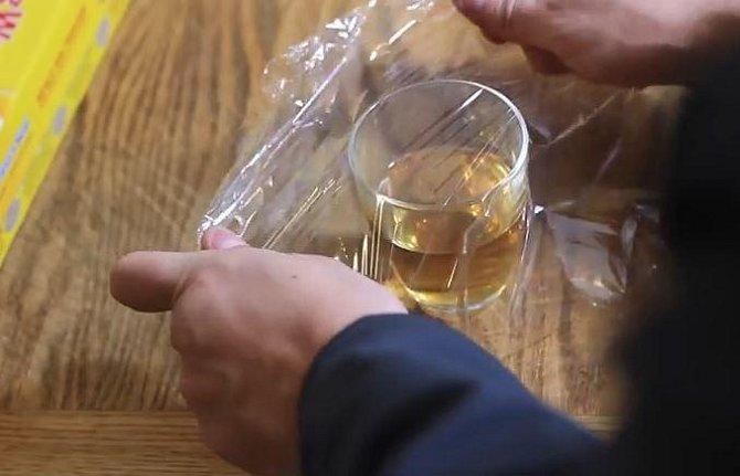 Octomilek se zbavíte snadno a to jen díky sklenici s trochou jablečného octa. Tu zakryjte potravinářskou fólií...