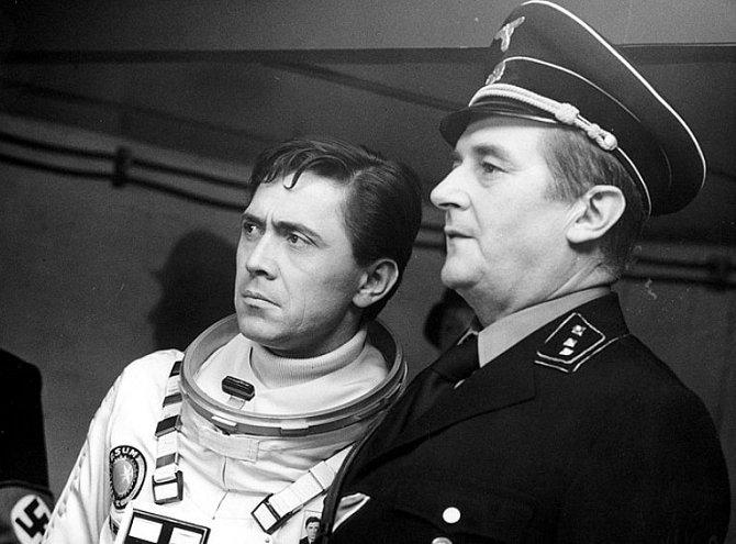 Jiří Sovák a Petr Kostka ve filmu Zítra vstanu a opařím se čajem (1977)