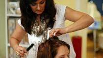 Vlasy má Monika jemné, Renata je tedy při úpravě lehce natupírovala a přelakovala.