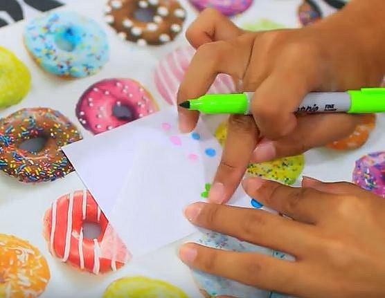 Tohle bude bavit děti. Pečící papír může sloužit i jako prostředek k razítkování. Stačí jej popsat nebo pokreslit fixa a pak obtisknout na klasický papír.