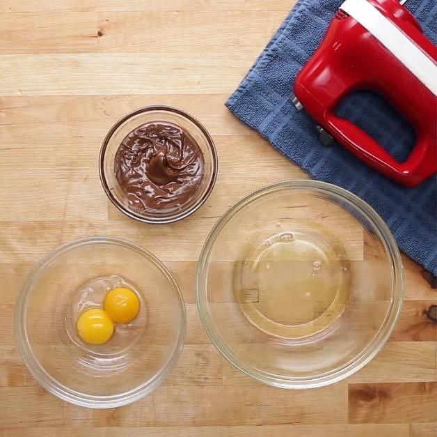 Nejprve si předehřejte troubu na 190 °C a oddělte si žloutky od bílků.