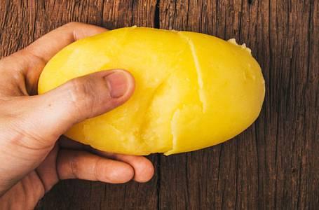 Geniálně jednoduchý trik, jak oloupat vařené brambory!